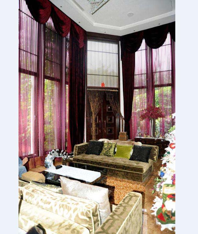 Phòng khách sang trọng và thoáng đãng của căn biệt thự.