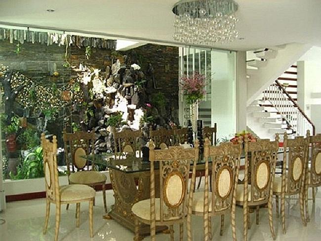 Phòng ăn rộng trong căn biệt thự. Hồ Ngọc Hà muốn tạo một không gian để đại gia đình cô có thể sum vầy mỗi khi có dịp.