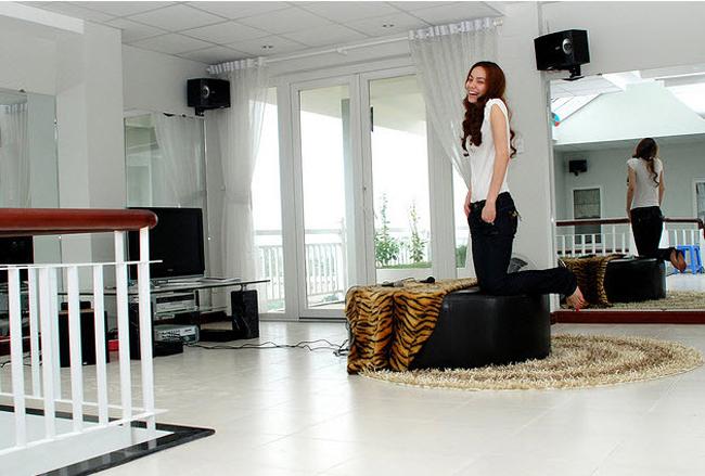 Hồ Ngọc Hà rất ưng ý với căn nhà này. Tuy nhiên, sau khi sinh con, cô đã chuyển về sinh sống tại căn biệt thự ở quận 1 cùng với người bạn đời - doanh nhân Nguyễn Quốc Cường. Căn biệt thự cô tặng lại cho bố mẹ đẻ.