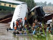 Tin tức - Pakistan: Tàu quân sự lao xuống kênh, 17 người chết