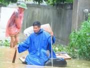 Hình ảnh người dân Quảng Ninh nhọc nhằn đi qua mưa lũ dị thường