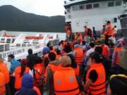 Du khách mắc kẹt vật vã rời đảo Cô Tô