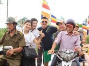 Kim Dung, Oanh Yến giản dị đi xe máy làm từ thiện