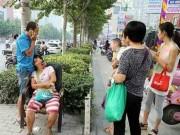 Tin tức - Trung Quốc: Mẹ xem điện thoại, xe cán chết con 2 tuổi