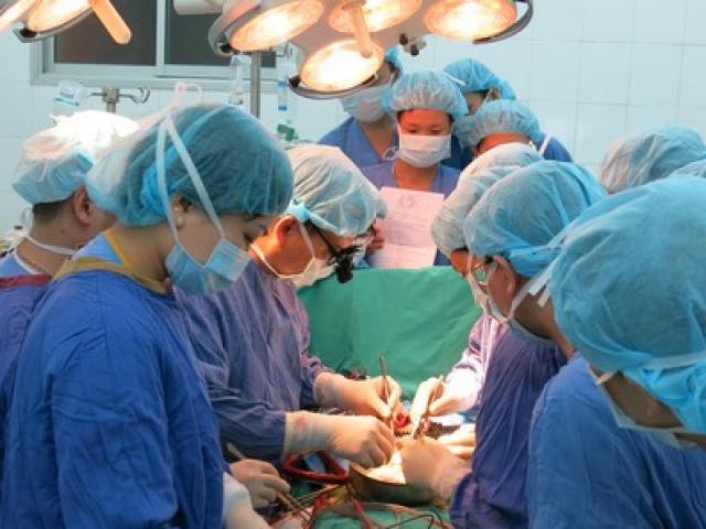 Đưa tim, gan vượt ngàn km từ TP HCM ra Hà Nội ghép tạng