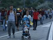 """Ngày mới - Di dân đi bộ xuyên đêm tối hướng tới """"miền đất hứa"""" châu Âu"""