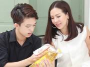 Làng sao - Con trai HH Thu Hoài giúp mẹ phát gạo cho người nghèo