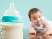 """Làm mẹ - Lỗi pha sữa công thức sai mẹ """"hại"""" con chậm lớn"""
