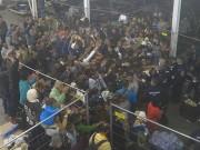 Tin tức - Phẫn nộ video cảnh sát ném thức ăn cho người tị nạn