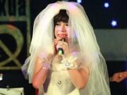 """Long Nhật mặc váy cưới """"quậy tưng"""" trên sân khấu"""