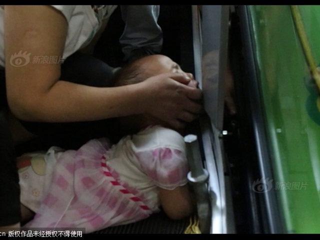 Kinh hoàng: thêm một bé 3 tuổi bị thang cuốn nuốt tay ở TQ
