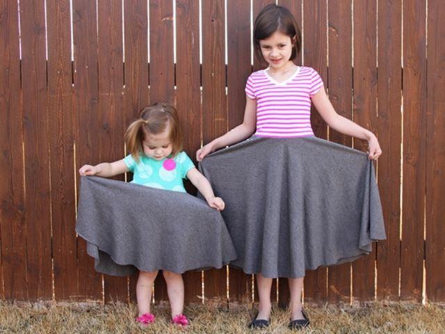 Mẹ khéo tay may váy điệu đà cho con gái