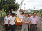 Tin tức - Đau xót đón thi thể nữ sinh viên bị nước lũ cuốn trôi