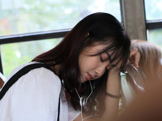 Video: Cô gái đẹp như thiên thần hát trên xe bus