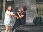 Tin tức - Đánh ghen hội đồng ở TQ: Lột đồ, cắt tóc tình địch ngay giữa phố