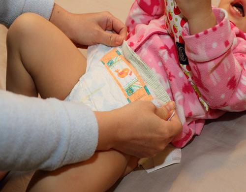 Kết quả hình ảnh cho đóng bỉm cho bé