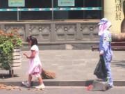 Tin tức - Cảm động bé gái quét đường giữa nắng nóng 40 độ để mẹ được nghỉ ngơi