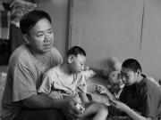 Làm mẹ - Người cha bán kẹo rong thà bị vợ bỏ chứ quyết không từ bỏ 2 con bại não