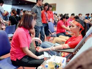 Hoa hậu Biển Thùy Trang tươi tỉnh đi hiến máu cùng giới trẻ Thủ đô