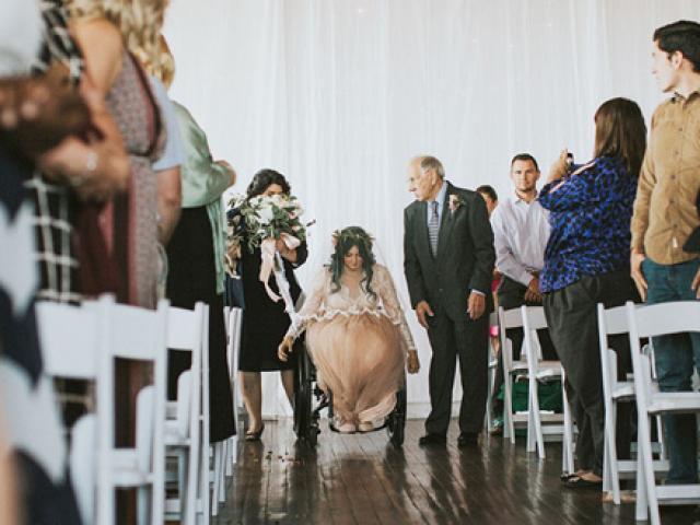 Cô dâu bị liệt bất ngờ đứng dậy trong lễ cưới, tiến vào lễ đường cùng chú rể