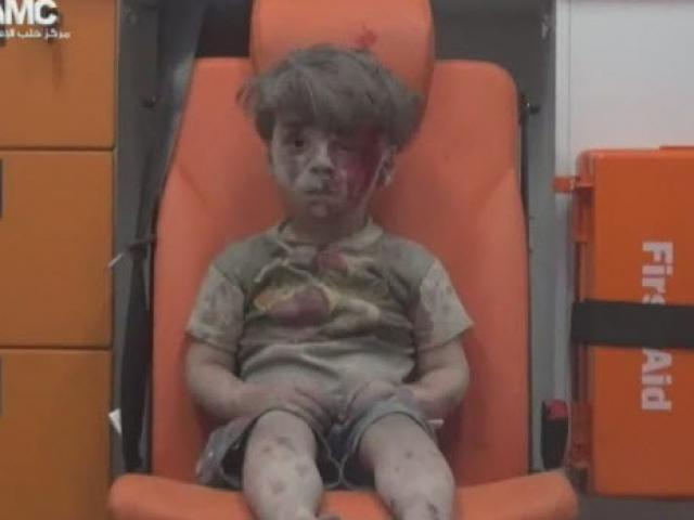 Cậu bé Syria đầy bụi và máu lôi ra từ ngôi nhà bị đánh bom khiến cả thế giới bàng hoàng