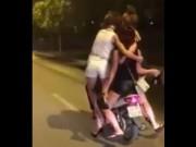 Clip Eva - Video: 4 cô gái 'làm xiếc' trên chiếc xe máy bát phố Hà Nội