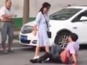 Clip Eva - Trung Quốc: Vợ vác dao tấn công chồng giữa phố vì bị phản bội