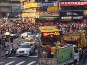 Đường phố Đài Loan 'vỡ trận' vì nghìn người ùn ùn kéo nhau đi bắt Pokemon