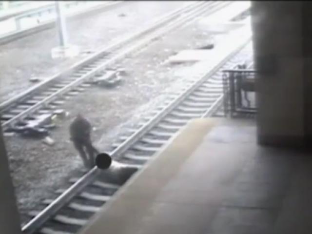 Cảnh sát liều mình cứu người đàn ông trước đoàn tàu đang lao tới