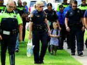 Tin tức - Cậu bé 4 tuổi đi khai giảng với 18 cảnh sát theo sau, và sự thật khiến cả trường xúc động!