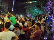 Tin tức - Người dân ùn ùn về trung tâm Sài Gòn xem bắn pháo hoa