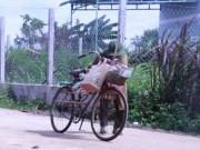Clip Eva - Video: Nghẹn đắng cuộc đời ông lão cụt chân nhặt ve chai nuôi vợ liệt giường