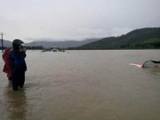 Tin tức - Tài xế taxi đạp cửa bơi ra ngoài trong nước lũ