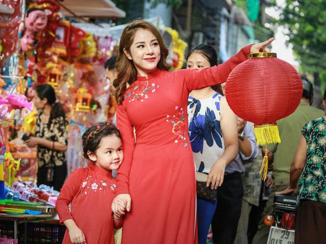 MC Bạch Lan Phương mặc đồ đôi với con gái nhỏ dạo phố Trung Thu