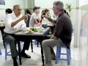 Tổng thống Obama bốc bún chả bằng tay và lóng ngóng cầm đũa trên CNN