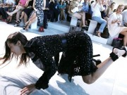 Chân dài triệu đô vồ ếch vì giày cao gót tại tuần New York