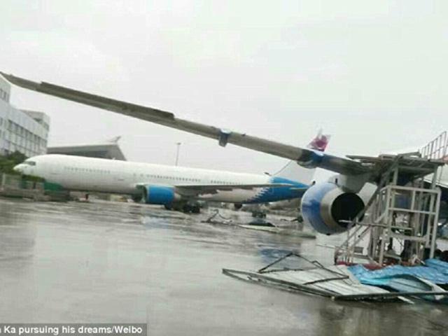 Siêu bão Meranti mạnh nhất thế giới thổi dạt máy bay Boeing tại Trung Quốc