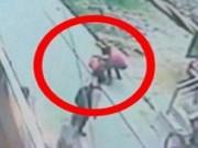 Clip Eva - Ấn Độ: Rùng rợn cô gái bị đâm 20 nhát liên tiếp vì từ chối tình cảm