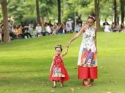 Con gái 2 tuổi của Đoan Trang mặc áo dài đỏ diễn thời trang