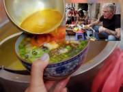 Bếp Eva - Đầu bếp Mỹ xuýt xoa thích thú khi ăn bún ốc vỉa hè Hà Nội