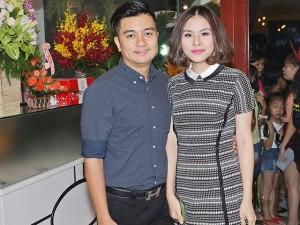 Vân Trang tình tứ bên ông xã điển trai khi đến chúc mừng đồng nghiệp