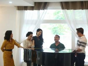 Trong dinh thự tráng lệ, Quyền Linh lãng mạn hát tặng vợ yêu khiến dàn nghệ sĩ ghen tị