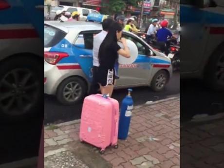 [Video] Cô gái xinh đẹp quỵt tiền taxi, hít bóng cười rồi vạ vật giữa đường phố Hà Nội