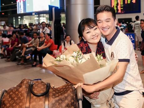 Đàm Vĩnh Hưng ra sân bay lúc nửa đêm đón danh ca Hương Lan