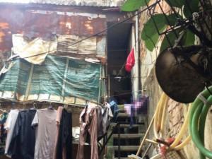 Gia đình hai thế hệ sống trong ngôi nhà 10m2 trên nóc... toa-lét phố cổ Hà Nội