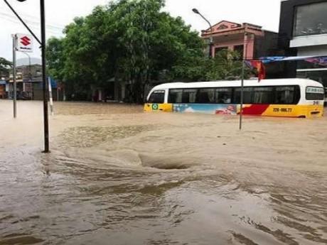 Tuyên Quang: Nước ngập gần nửa xe ô tô trên quốc lộ 2C