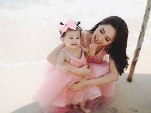"""Đáng yêu hết cỡ với nụ cười """"móm"""" khi 10 tháng tuổi của con gái Di Băng"""