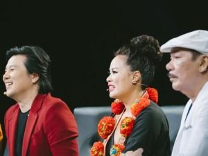 """Nữ nghệ sĩ đoạt giải Emmy mặc trang phục độc đáo ngồi """"ghế nóng"""" cùng Trần Tiến, Thanh Bùi"""