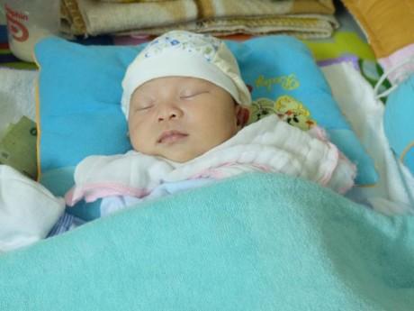 Người mẹ ruột khóc rất nhiều và xin lỗi vì bỏ rơi con 14 ngày tuổi cùng 1 triệu đồng