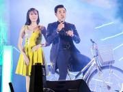 Sao Việt - Nguyên Khang vừa đạp xe, vừa dẫn chương trình khiến hàng ngàn khán giả bất ngờ